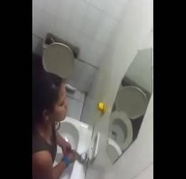 Casada traindo marido com amante no banheiro do bar flagra