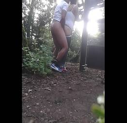 Comendo a amiga no meio do mato