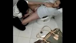 Lésbicas pega no flagra no banheiro fazendo sexo