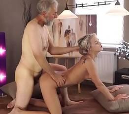 Novinha com veio fazendo um sexo gostoso