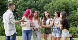 Novinhas trepando no parque com um Nerdão