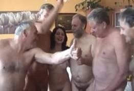 Putinha brasileira fazendo suruba com cinco velhos tarados
