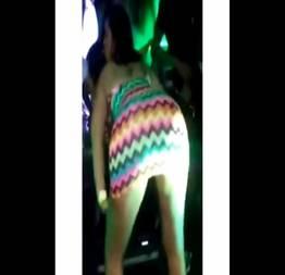 Stephanie jujuba de vestido no palco mostrando a calcinha
