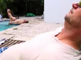 Corno dormindo e limpador de piscina comendo loira gostosa    Blonde Tube