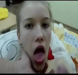 Esfolando a boca da loirinha com a pica