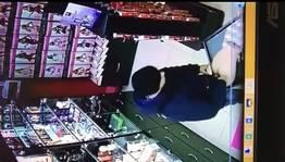 Flagra sex shop homem comendo boneca inflável