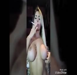 Mia Linz fumando um cigarro peladinha