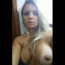 Mulher madura vazou na net esfregando a bucetinha cheia de tesão
