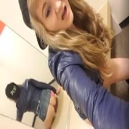 Novinha de frente pro espelho sentando no consolo