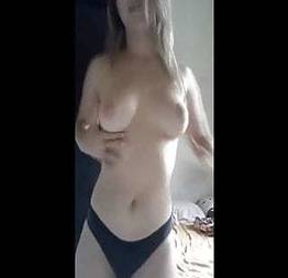 Novinha loirinha tirando a roupa na webcam