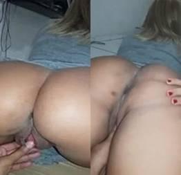 Video amadora da loira rabuda sendo masturbada na bucetinha deliciosa