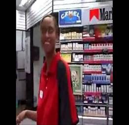 Atendente da um tratamento especial na loja de conveniencia no posto de combustiveis