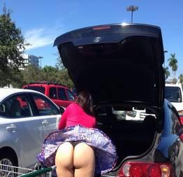 Flagra na dona de casa distraída no estacionamento