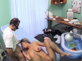 Loira gravida peituda pagando consulta pro medico   Blonde Tube