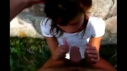 Novinha pagando boquete nas pedras