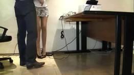Câmera escondida grava chefe tentando comer a secretaria no escritório