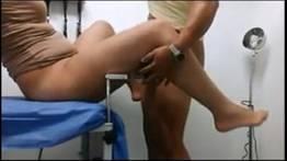 Ginecologista safado comendo a paciente no consultório