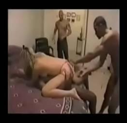 Marido corno filmando sua esposa com vários machos em casa