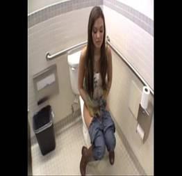 Mocinha encontra homem no banheiro e veja o que aconteceu