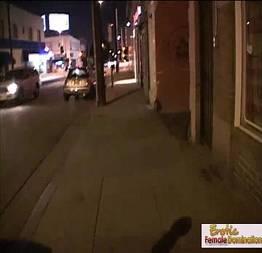 Na rua com uma prostituta safada
