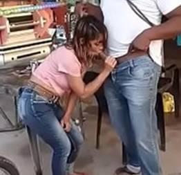 Novinha safada bêbada flagrada mamando a piroca do negão no bar