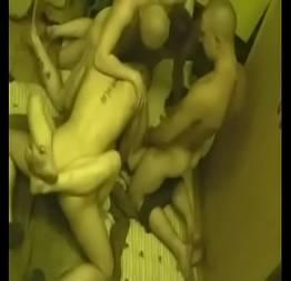 Prostituta russa com vários machos em festa fechada