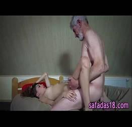 Tarado do avô come a sua neta ninfeta
