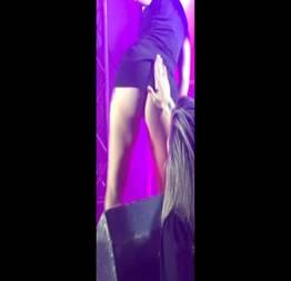 Amiga levantando o vestido da gostosa no palco do baile funk