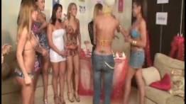 Sexo grupal de travestis arrombando o magrelo