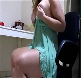Coroa safada ficando peladinha na cam - Porno Amador Tube