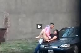 Flagra de uma morena safada dando em cima do carro