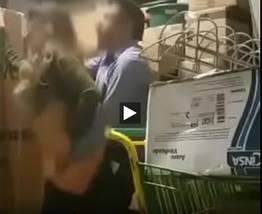 Flagrante de uma funcionária dando no super mercado