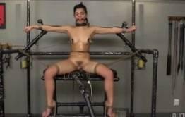 Gina Valentina é forçada a ter orgasmo