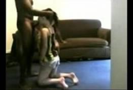 Novinha ajoelhou e chupou o pau do negão