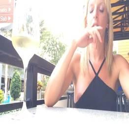 Flagra real pagando peitinho no restaurante loira distraída