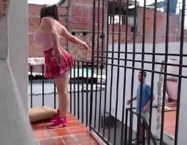 Gostosa provocando o vizinho pervertido