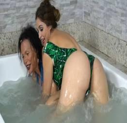 Luiza ambiel com o bundão empinado na prova da banheira