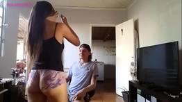 Provocando primo usando shortinho curto
