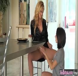 Amigas lésbicas fazendo sexo no café da manhã - Nuxxxde