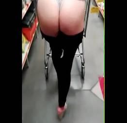 Causando no mercado abaixou a calça e mostrou a bunda