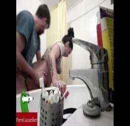 Ele transa com ela no banheiro depois de cagar