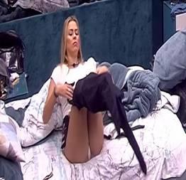 Isabella cecchi trocando de roupa e mostrando o pacote no bbb 19