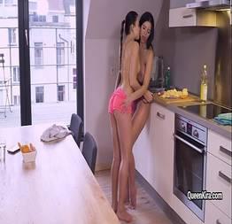 """Kira Queen e sua namorada """"brincando"""" na cozinha"""