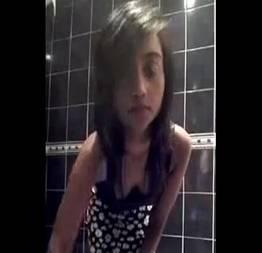 Linda moreninha no banheiro