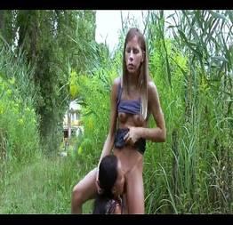 Sexo lésbico no meio do mato
