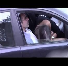 Corno flagra esposa traindo ele com outro no carro