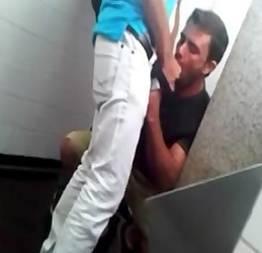Flagras no banheiro masculino mamando a pica