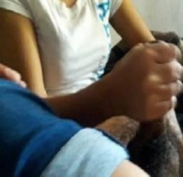 Julia tocando punheta pro namorado