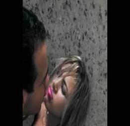 Novinha bêbada pagando um boquete na cabine do banheiro - Porno Vídeo Tube