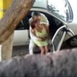 Filmou a vizinha casada com o amante em foda na rua